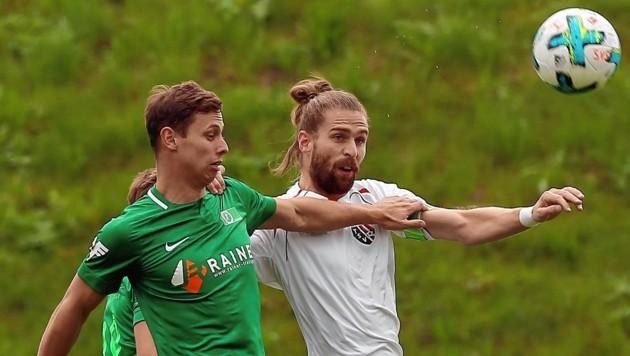 Neumarkt (Hübl, rechts) unterlag Straßwalchen (Lettner, links) mit 0:1. (Bild: Daniel Krug jun.)