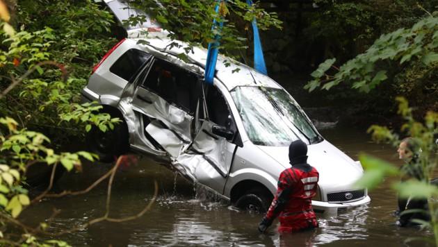 Das Auto ging sofort unter, der Lenker konnte rechtzeitig entkommen. (Bild: laumat.at/Matthias Lauber)