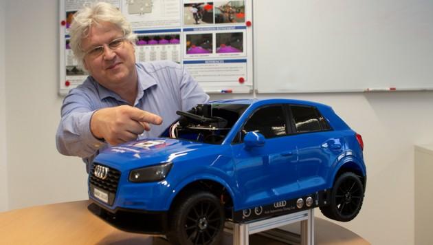 Sepp Hochreiter mit einem Mini-Modell eines Audi. Der Professor der Linzer Uni gilt als Top-Experte in Sachen Künstlicher Intelligenz. (Bild: FOTO LUI)