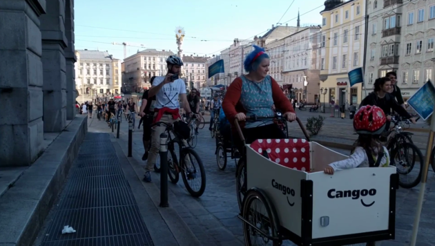 Dutzende Radfahrer demonstrieren regelmäßig in Linz für mehr Sichtbarkeit im Straßenverkehr (Bild: Radlobby OÖ/Paul Weber)