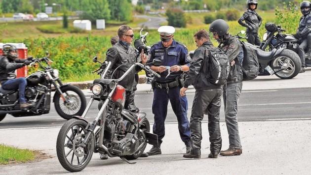 Der Polizei-Landesprüfzug ist bereits vor Ort und kontrolliert die Harleys. (Bild: Sobe Hermann)