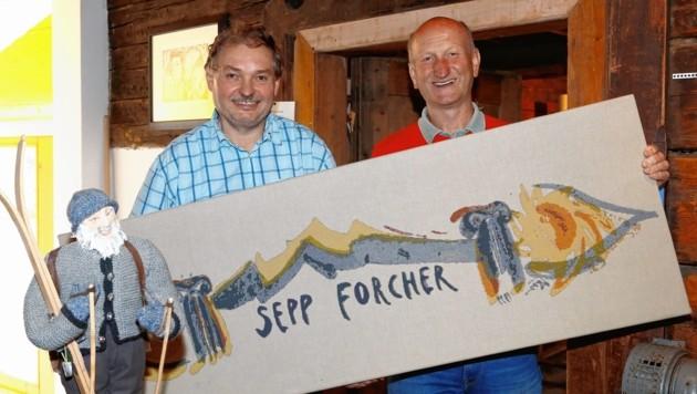 Siegfried Tscholl und Hans Müller montieren Schriftzug von Weyringer über Stuben-Eingang (Bild: Gerhard Schiel)