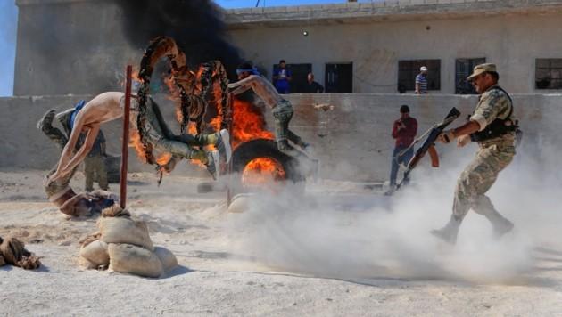 Tausende Kämpfer der Anti-Assad-Rebellen bereiten sich im Nordwesten Syriens auf den Kampf vor. Die Bilder zeigen Einsatzbereitschaft, erfüllen ihren propagandistischen Zweck. (Bild: AFP)