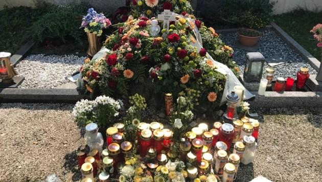 Manuels Grab: Freunde und Familie haben Kerzen, Blumen und Kränze niedergelegt. (Bild: Alexander Schwab)