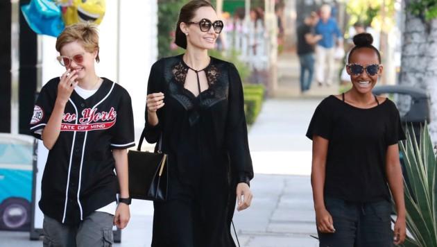 Angelina Jolie mit ihren Töchtern Zahara und Shiloh beim Shopping in Los Angeles (Bild: www.PPS.at)
