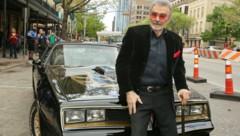 """Burt Reynolds sitzt bei der Premiere des Films """"The Bandit"""" im März 2016 auf einem Pontiac Trans-Am mit dem Baujahr 1977. (Bild: Jack Plunkett / AP Invision / picturedesk.com)"""