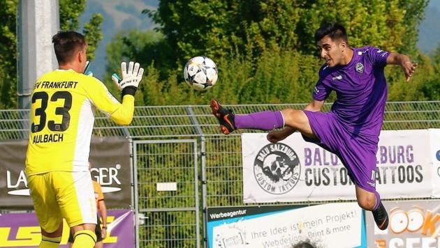 Austria Salzburg (rechts Muhammed Ergüden) bleibt Salzburger Liga-Leader SAK auf den Fersen. (Bild: Daniel Krug sen.)