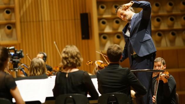Markus Poschner mit dem Oberösterreichischen Jugendsinfonieorcherster (Bild: Reinhard Winkler )