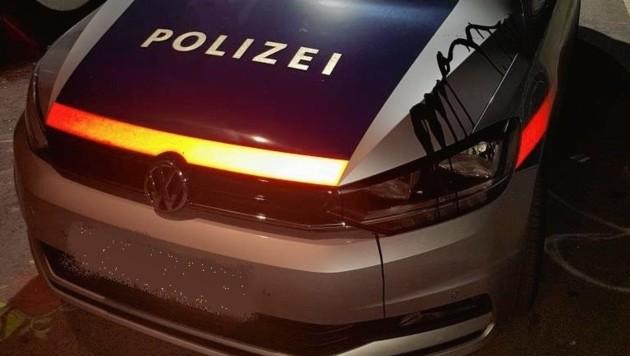 Während Polizisten in Wien ihrer Arbeit nachgingen, beschmierten Vandalen deren geparktes Einsatzfahrzeug. (Bild: LPD Wien)