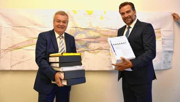 Arbeiten an Straßenlösung für das Ennstal: Landesrat Anton Lang und Baudirektor Andreas Tropper. (Bild: Land Steiermark)