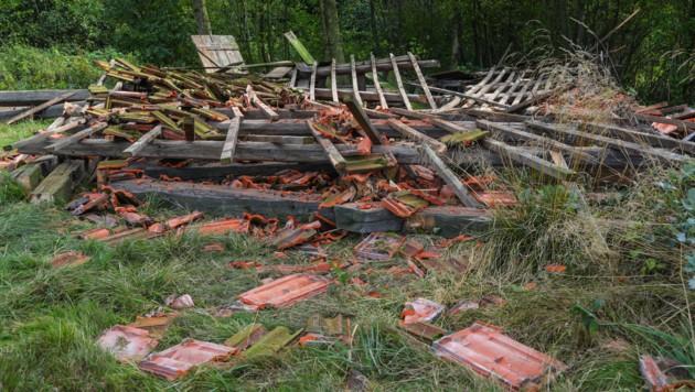 Unter diesem zusammengestürzten Stadl war der Pensionist verschüttet worden. (Bild: laumat.at/Matthias Lauber)