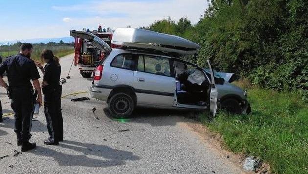 Der Lenker des Pkw starb nach einer Kollision mit einem Lkw in Feldkirchen (Bild: FF Feldkirchen bei Graz)