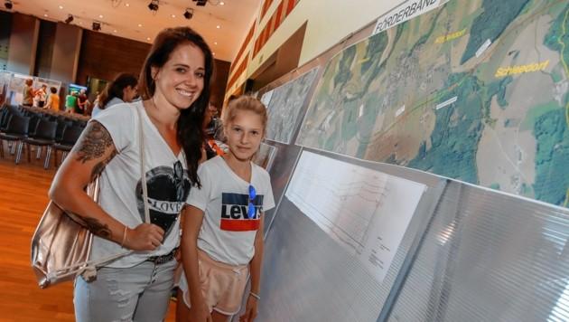 Michaela und ihre Lena brachten sich am Mittwoch auf den neuesten Stand zum Tunnel (Bild: Markus Tschepp)