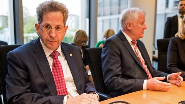 Innenminister Horst Seehofer stellt sich hinter den umstrittenen Verfassungsschutzpräsidenten Hans-Georg Maaßen (links). (Bild: APA/AFP/Odd ANDERSEN)