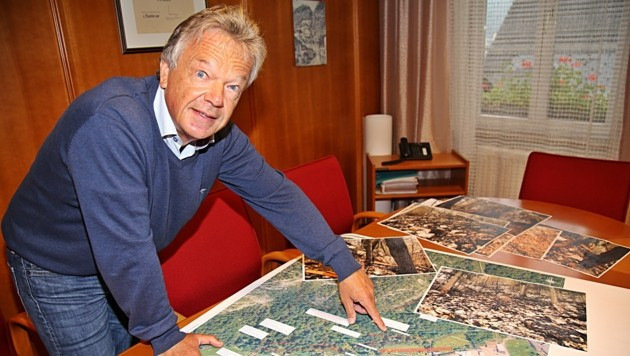 Bürgermeister Alexander Scheutz mit dem Plan zu den laufenden Arbeiten. (Bild: Marion Hörmandinger)