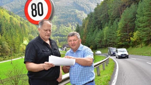 Der Wirt Josef Szegvari (links, mit Gemeinderat Florian Hirsch) brachte die Sache ins Rollen, denn nicht alle halten sich an die 80-km/h-Beschränkung. (Bild: Richard Heintz)