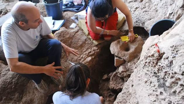 Das Forscherteam mit den steinzeitlichen Fundstücken (Bild: Haifa University/Dani Nadel)