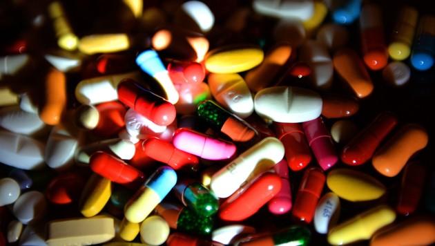 Zahlreiche Medikamente hatte ein Klagenfurter konsumiert, dadurch erlitt er eine Hirnlähmung und starb (Bild: APA/BARBARA GINDL (Symbolbild))