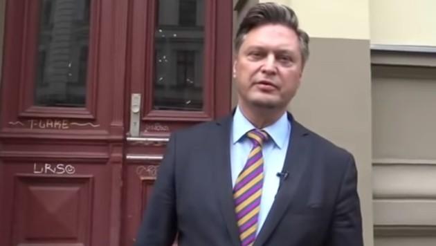 AfD-Politiker Frank-Christian Hansel vor dem Haus von Christian Brandes' Kollegen (Bild: youtube.com)