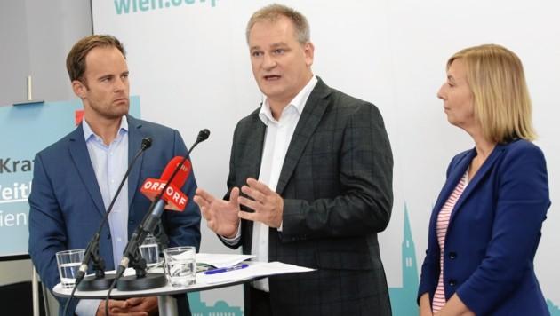 Schuldirektor Christian Klar flankiert von Stadtrat Markus Wölbitsch und Sabine Schwarz von der ÖVP (Bild: Tomschi Peter)