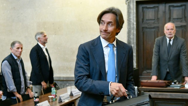 Ex-Finanzminister Karl-Heinz Grasser muss sich nach dem Aktenstudium mit Richterin Marion Hohenecker nun den Fragen der Staatsanwälte stellen. Antworten gibt es aber keine. (Bild: APA/HANS PUNZ/APA- POOL)