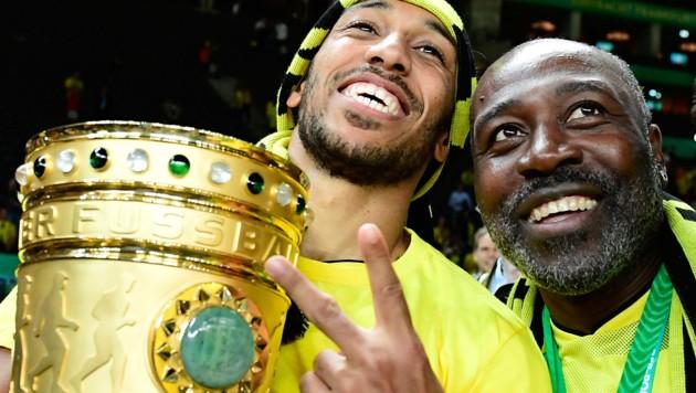 Pierre-Emerick Aubameyang und sein Vater Pierre-Francois Aubameyang - noch zu Dortmund-Zeiten (Bild: AFP)