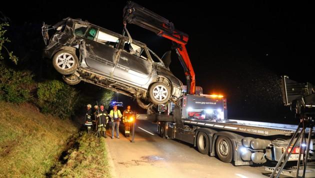 Während das Fahrzeug geborgen wurde, suchten die Helfer nach dem Unfalllenker. (Bild: laumat.at/Matthias Lauber)