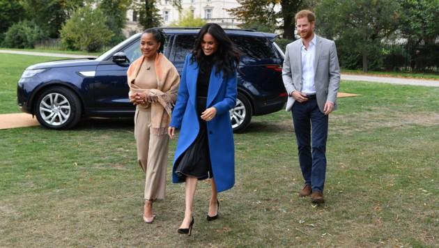 Herzogin Meghan mit ihrer Mutter Doria Ragland und Prinz Harry (Bild: AFP or licensors)