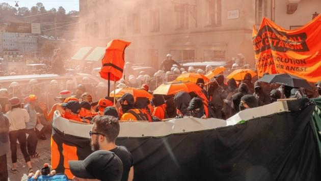 Die Spitze des Zuges wollte in Richtung Staatsbrücke, die Polizei versperrte den Weg. (Bild: FRANZ NEUMAYR / APA / picturedesk.com)
