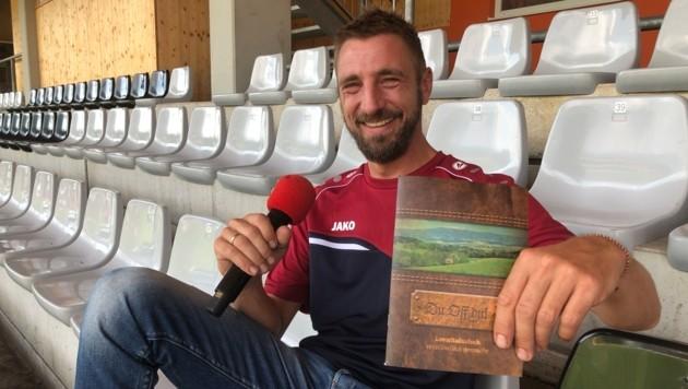 So kennt man Haider: Als Stadionsprecher, der den Lavanttaler Dialekt retten will. Er ist aber auch Hirte. (Bild: Christian Rosenzopf)