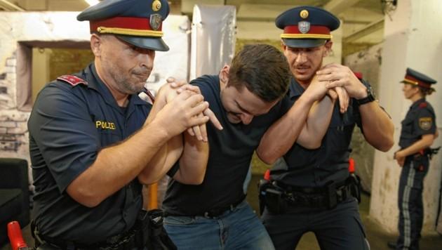 Zum Training gehört auch sicheres Arretieren von Attentätern. (Bild: Reinhard Holl (Symbolbild))