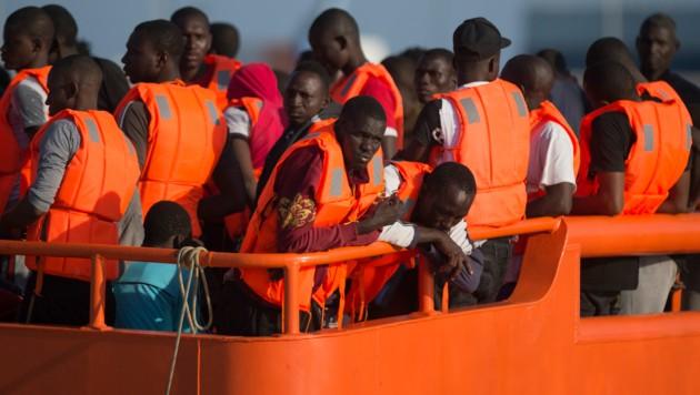 Migranten auf einem Rettungsschiff im Mittelmeer (Bild: AFP)