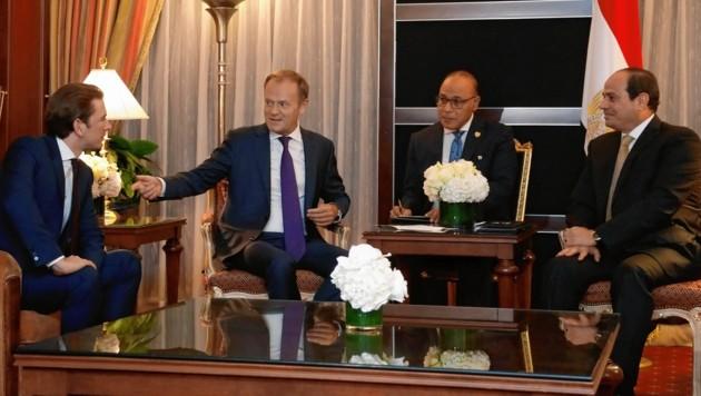 Sofort nach der Landung trafen Kurz und Tusk mit Ägyptens Staatschef Sisi zusammen. (Bild: DRAGAN TATIC)
