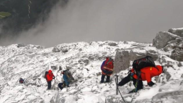 Die Männer von der Bergwacht am tief verschneiten Watzmann. (Bild: BRK)