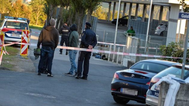 Einsatzkräfte am Tatort (Bild: APA/ZEITUNGSFOTO.AT/DANIEL LIEBL)