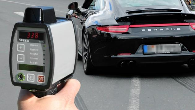 Der Raser war mit einem Porsche ähnlich diesem unterwegs. (Bild: stock.adobe.com, Eveline Hronek, krone.at-Grafik)
