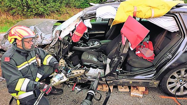 Der 19-Jährige war im Wagen eingeklemmt (Bild: FF Rohrbach)
