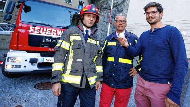 Reinhold Ortler, Michael Haybäck und Ludwig Fegerl mit dem Felsbrocken, der sich löste. (Bild: Markus Tschepp)
