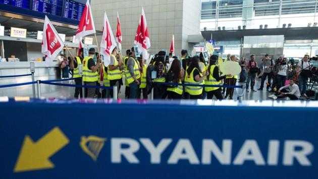 Schon Anfang September hatten sich Mitarbeiter der Fluglinie Ryanair zu einem 24 Stunden dauernden Warnstreik in Frankfurt am Main versammelt. (Bild: APA/dpa/Silas Stein)