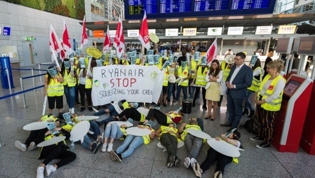 Thorsten Schäfer-Gümbel, Parteivorsitzender der SPD Hessen, Anfang September mit Streikenden am Flughafen Frankfurt am Main. (Bild: APA/dpa/Silas Stein)