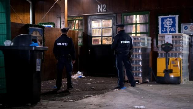 Polizisten untersuchen den Tatort auf dem Oktoberfestgelände am Augustiner-Zelt. (Bild: APA/dpa/Sven Hoppe)