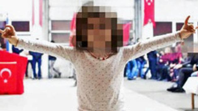 Auch der türkische Wolfsgruß - hier von einem Mädchen in einer Wiener Moschee - soll bald verboten sein. (Bild: facebook.com)