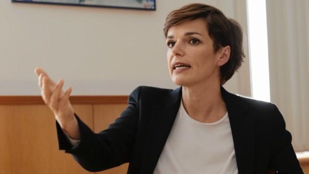 Pamela Rendi-Wagner nützt die ganze Bandbreite ihrer Wirkung: diskussionsbereit, skeptisch, nachdenklich und heiter. (Bild: Klemens Groh)