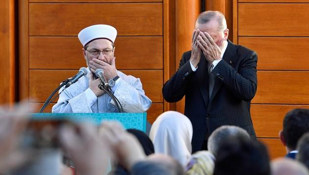 Präsident Erdogan beim gemeinsamen Gebet mit Ali Eras, dem Präsidenten der Türkisch-Islamischen Union (Bild: Copyright 2018 The Associated Press. All rights reserved.)
