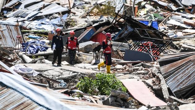 Rettungsteams suchen eine Woche nach Beben und Tsunami in Indonesien noch immer nach Überlebenden in den Trümmern - mit schwindender Hoffnung.