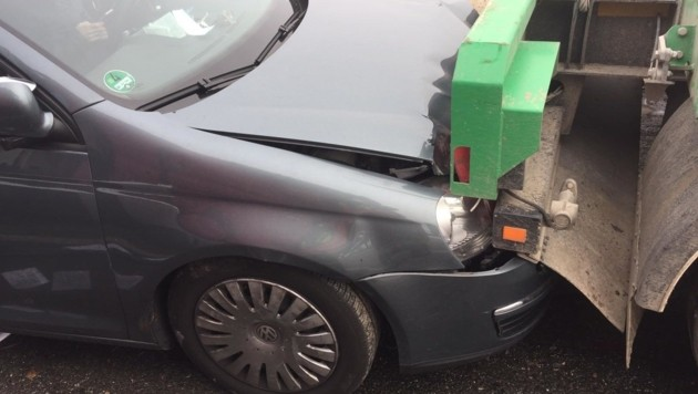 Ein Autolenker konnte nicht mehr bremsen und krachte in einen der beiden Lkw. (Bild: FF St. Jakob im Rosental)