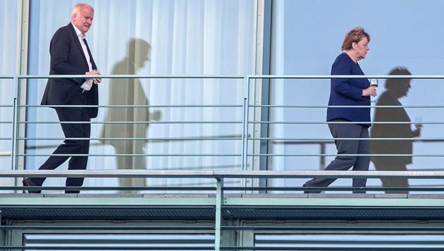 CSU-Chef Horst Seehofer stärkt CDU-Chefin Angela Merkel den Rücken, doch in der Union wird bereits über ihre Nachfolge diskutiert. (Bild: AFP)