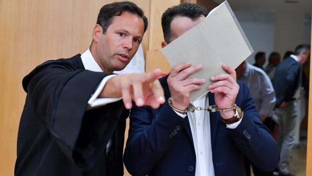 Anwalt Andreas Mauhart und der Verurteilte. (Bild: © Harald Dostal)