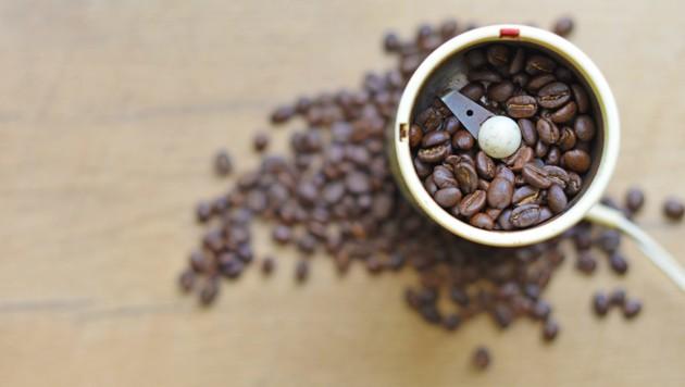 Wer seine Kaffeebohnen selbst mahlt, erhält einen feineren, aromatischeren Kaffee.