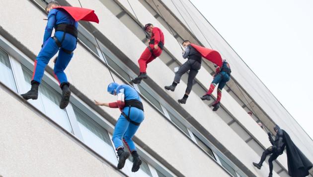 Bereits im Jahr 2018 war die Superhelden-Abseilaktion der WEGA beim Wiener AKH ein voller Erfolg. (Bild: APA/GEORG HOCHMUTH)